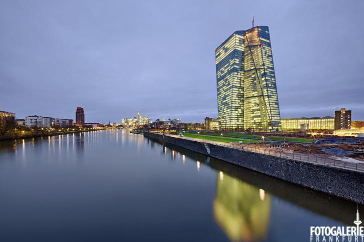 EZB Nachtaufnahme mit Skyline & Mainplaza im Hintergrund