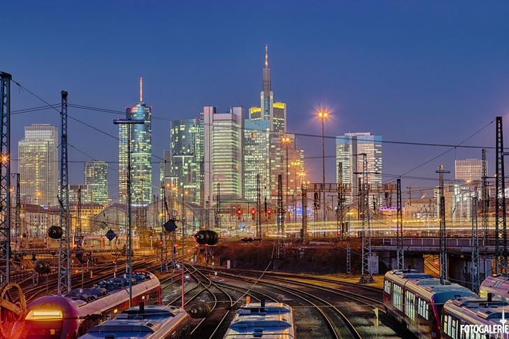 Hauptbahnhof & Skyline bei Nacht