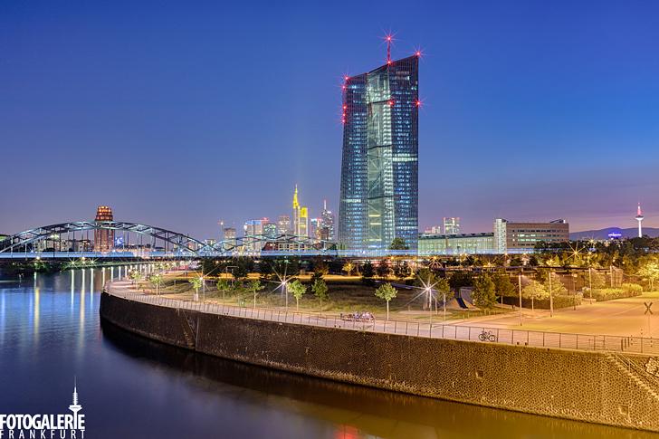 EZB & Skyline zur dunkelblauen Stunde
